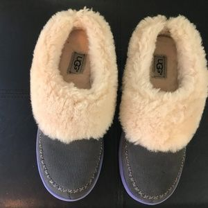 UGG Girls slippers - size 5 new in box